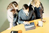 Geschäftsleute Geschäftsmann Geschäftsfrau LaptopNotebook Besprechung Meeting
