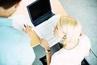 Geschäftsfrau Laptop Notebook Geschäftsmann Besprechung