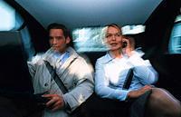 Geschäftsfrau Geschäftsmann sitzen Auto Rücksitz Handy telefonieren Laptop Notebook