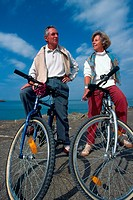 ELDERLY PERS. PRACTISING A SPORT<BR>Models.<BR>Elderly couple on a bike ride.