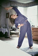 Woman exercising in the morning (thumbnail)