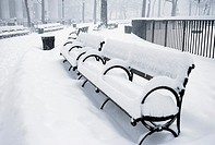 Snow-covered park bench (thumbnail)