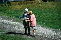SG F, Freizeit, Hobby, Sport, Wandern, Wanderer beim Betrachten der Landkarte, Österreich,