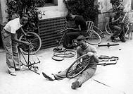 Sport hist., Rad, Tour de France, die Radprofis Dont Ducazeau, Yvon Marie, Level Re Arent und NiP bei der Radpflege im Innenhof des Hotels, Etappensta...
