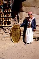 Menschen, Rassen, Männer, Mann mit Tablett vor Messing und Kupfer Schmiede, Sanaa, Jemen,