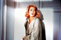 Film ´Julia und Julia´ (Giulia e Giulia) I 1987, Regie: Peter Del Monte, Szene mit Kathleen Turner  frau vor einer haustür, mantel, angst, ängstlich, ...
