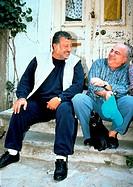 Film, ´Güle Güle´, Türkei 2000, Regie Zeki Ökten, Szene mit NIPs,   männer zusammen sitzend, weste, auf treppe sitzend,