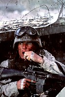 Film, ´Black Hawk Down´, ( Kein Mann bleibt zurück), USA 2001, Regie: Ridley Scott Szene mit Ewan McGregor  Militäreinsatz, mit Schnellfeuergewehr, mi...