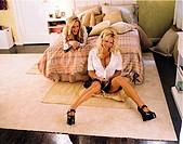 Film, ´Scary Movie 3´, USA 2003, Regie David Zucker, Szene mit Jenny McCathy & Pamela Anderson,  komödie, freundinnen, auf bett vor bett sitzend, schl...