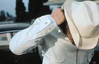 Film ´ Spun´, USA / S 2002,  Regie Jonas Akerlund,  Szene mit NIP  brustbild mann mit hut weiß weiss