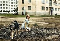 Film ´Lilja 4-Ever´, DK / S 2002, Regie Lukas Moodysson, Szene mit Oksana Akinshina   drama four for ever hund sitzen sitzend  siedlung plattenbau sch...
