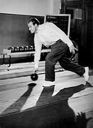 Hans-Joachim Kulenkampff, 27.4.1921 - 14.8.1998, dt. Quizmaster & Schauspieler beim Kegeln, 50er Jahre   kegelnd, sport, ganzfigur Kuhlenkampff, Kuhle...