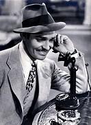 Gable, Clark  1.2.1901 - 16.11.1960 US Schauspieler, Portrait, 40er Jahre  Original Postkarte telefonierend, Hut