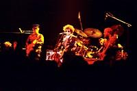 Dylan, Bob  * 24.5.1941, US Musiker (Rockpoet) Konzert Olympiahalle 1986,   musiker, auf der bühne stehend, steht stehen, sonnenbrille, gitarre spiele...