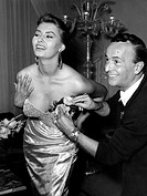 Loren, Sophia  * 20.9.1934 Ital. Schauspielerin, mit dem ersten Kleid für die Vorstellung bei Königin Elisabeth, 1954, edelstein pailette decollete st...