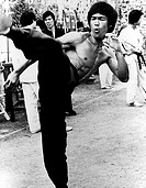 Lee, Bruce  1941 - 1973, US Schauspieler, Ganzfigur, 60er Jahre,   kämpfend, schreiend, karate, asiat, nackter oberkörper,