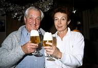 Schroth, Carl-Heinz, 29.6.1902 - 19.7.1989, österr. Schauspieler & Regisseur, mit seiner Frau Barbara, Halbfigur, 80er Jahre  an tisch sitzend, blickk...