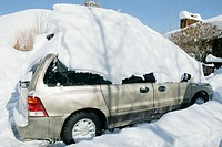 Snow on top of a mini van