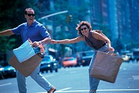 Young couple with shopping bags (thumbnail)