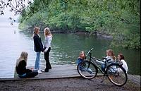 14-åriga flickor träffas ute i naturen