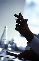 Close_up of businessman´s hand holding pen