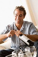 Man opening a bottle of wine (thumbnail)