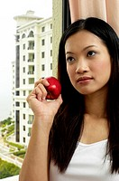 Woman holding an apple (thumbnail)