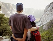 USA, California, couple in mountainous landscape, rear view
