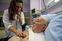 ELDERLY HOSP. PATIENT W. DOCTOR<BR>Photo essay from La Louvière clinic, France (59).  Patient and doctor.<BR>Cardiology, service of intensive care. Ex...
