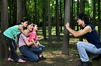 Man taking picture of woman with daughter´s (6-8)