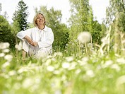 Meadow, woman, middle age, relaxation,    Series, 40-50 years, leisurewear white, sitting, leisure time,  Recuperation, , relaxen, enjoying, silence, ...