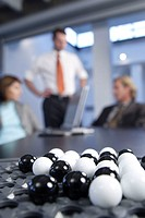 Meeting rooms, table, business people, Discussion, fuzziness, foreground,  Board game ´solitaire´,  Series, businessmen, businesswoman, men, woman, co...