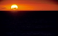 Hawaii, Enormous sunball sinking into the dark ocean on the horizon