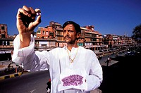 India, Rajasthan, Jaipur, examination of an amethysts set in the Johari (Jaipur bazaar where 70% of the world trade of colored stones is treated)