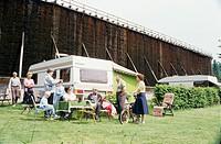 SG F, Freizeit, Hobby, Sport, Urlaub, Camping, Campingplatz, Familie sitzt vor Wohnwagen, Stuhr, BRD, 1980er Jahre, Camper, Tourismus, Touristen, Zelt...