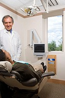 Dentist with patient (thumbnail)
