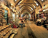With over 4000 shops and 250,000 - 400,000 visitors a day, Istanbul´s Grand Bazaar is one of the largest covered markets in the world