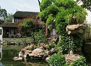 China, province Jiangsu, Suzhou, Master-of-Nets guards, grounds, waters, tourists, no models people´s republic, garden ´Wangshiyuan´, Garten-des-Meist...