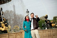 France, Paris, Place de la Concorde, wells, pair, young, laughs, photographs, digital-camera,