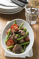 Roast beef with asparagus and tomatoes