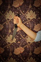 Close-up of a woman´s hand holding a knife