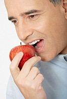 Close-up of a mid adult man eating an apple