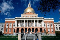 ´This is the State Capitol building, also known as the State House  It has a gold dome with columns on its facade ´