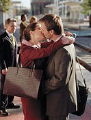 ´Couple kissing on train platform, waiting on train´