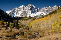Maroon Bells and Maroon Creek, Maroon Bells-Snowmass Wilderness, Rocky Mountains, Aspen, Colorado, USA
