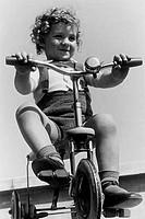 bambino sul triciclo, 1949