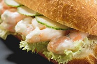 Bread roll filled with shrimps, cucumber and remoulade
