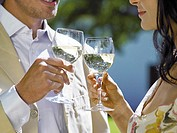 Couple drinking white wine (thumbnail)