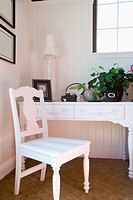 White Desk and Chair in Girl´s Bedroom