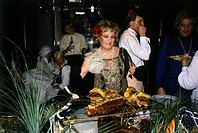 Käfer, Gerd, * 19 10 1932, deut Gastronom, auf einem Fest als Frau verkleidet, Anfang 1980er Jahre, Verkleidung, Fasching, Karneval, Buffet, Feinkost,...